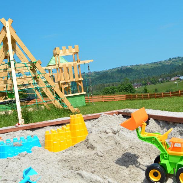Obecnie nasz plac zabaw jest w przygotowaniu. Już niebawem dzieci będą mogły bawić się na zamku z czterema wieżami, zjeżdżalnią i huśtawkami.
