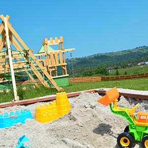 Plac zabaw jest już gotowy! Nasi najmłodsi goście mogą się tutaj bawić na zamku z czterema wieżami, zjeżdżalnią, huśtawkami oraz piaskownicą.